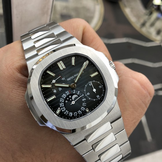 Patek Philippe Nautilus 5712/1A '2018 Showroom condition ' image 3